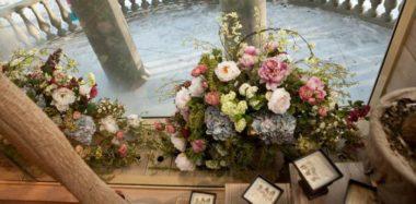 Искусственные цветы в интерьере — это модно