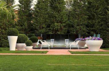 Вазоны в саду
